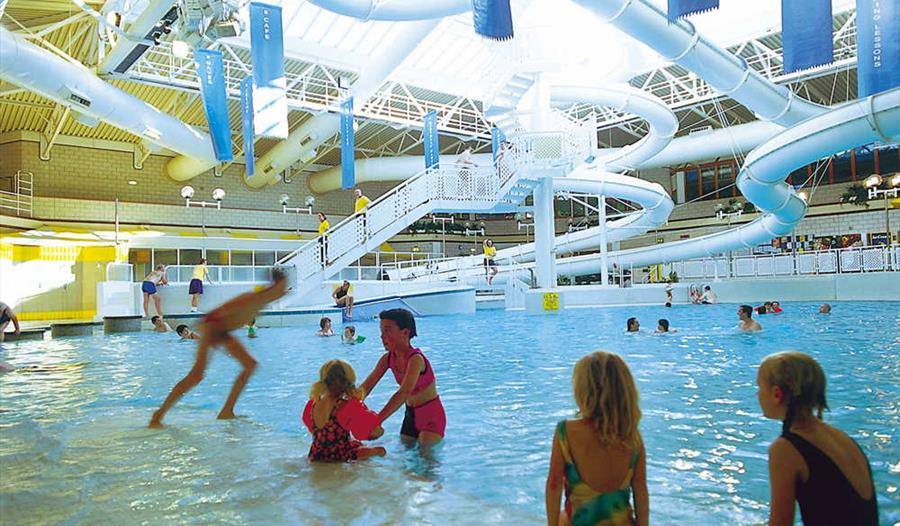 Windsor leisure centre windsor for Swimming pools with slides in london